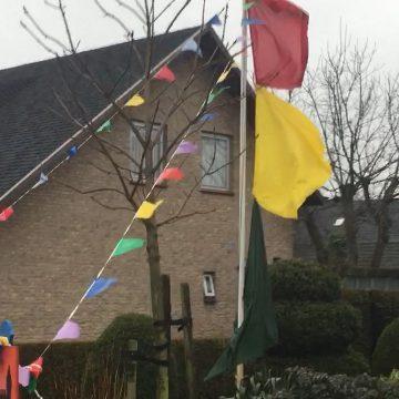 De vlaggen staan strak inboekel.