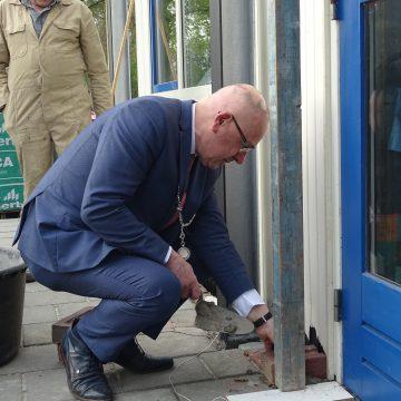 Burgemeester Pierre Bos door de knieën voor het gilde St. Agatha