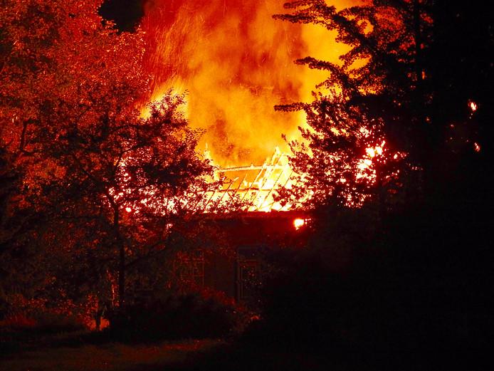 Woonboerderij brandt volledig uit