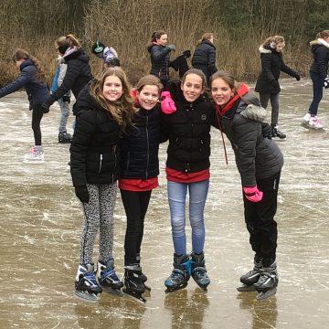 Groepen 8 van KC Octopus genieten van de laatste schaatsdag!