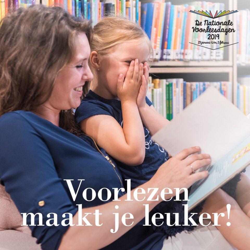 Voorlezen tijdens inloopuurtje BoekStartcoach