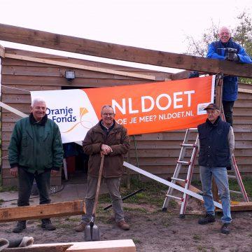 Het Gilde uit Boekel maakt kippenhok bij Gasthoeve de Zijp met NL-Doet