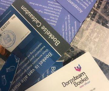 Dorpsteam Boekel deelt cadeaubonnen uit aan mantelzorgers