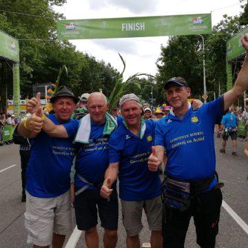 Lopers van de Nijmeegse vierdaagse bedanken gemeente Boekel
