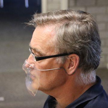 Ad en Robin van Haandel maken voor eigen personeel mondkapjes