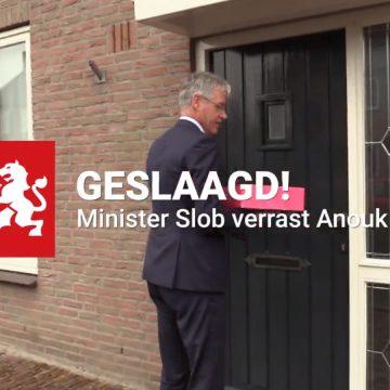 Minister Arie Slob van Onderwijs verrast Anouk Kempkens uit Boekel