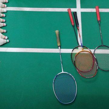 Badmintonnen tijdens COVID-19