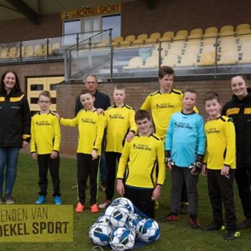 """Passend Voetbal in clubkleuren geel-zwart dankzij """"Vrienden van Boekel Sport"""""""